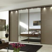 Шкаф в спальне зеркало и декор