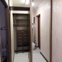 Гардеробная с зеркальными дверьми